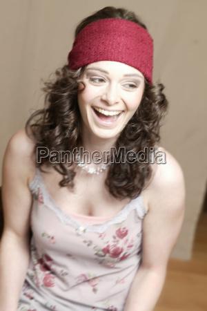 ung kvinde med rod bandeau