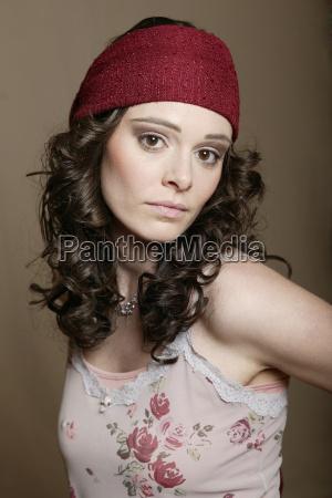 ung kvinde med rod bandeau portraet