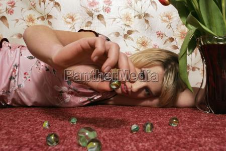ung kvinde leger med marmor