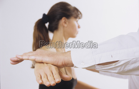 kvinde under medicinsk behandling