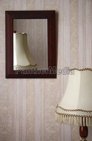 bordlampe foran en vaeg med et