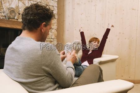 par afslappende i stuen mand masserer