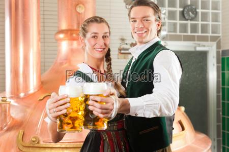 mand og kvinde med olglas i