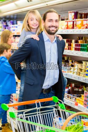 familie kober dagligvarer i supermarkedet