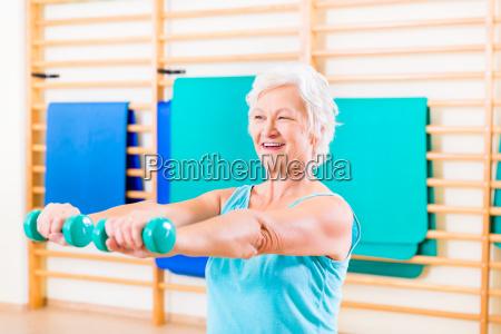 mujer mayor haciendo deporte de fitness