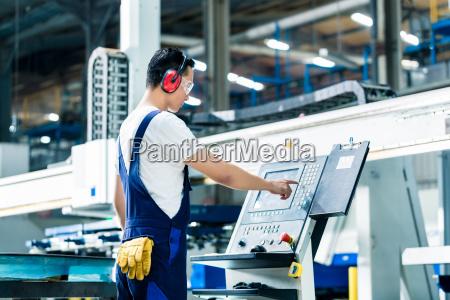 arbejdstageren indtaster data i cnc maskine