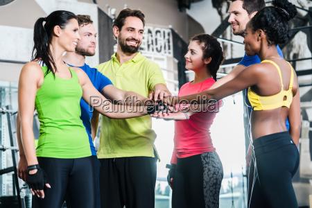 kvinde og maend motiveres for fitness