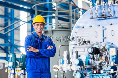 stolt asiatisk arbejdstager i produktions fabrikken