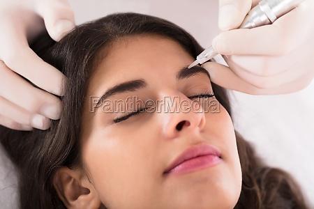 kosmetolog anvendende permanent make up on