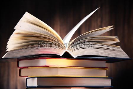 komposition med boger pa bordet
