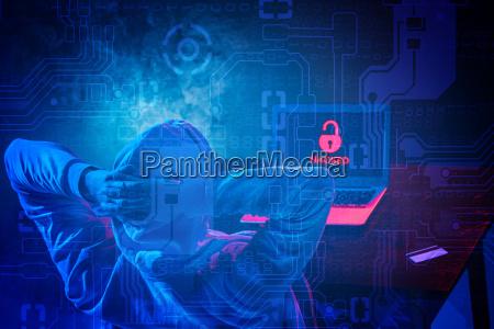 incappucciato hacker rubare informazioni con computer