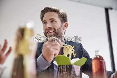 forretningsmand med frokost