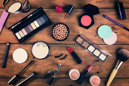 makeup kosmetik pa trae baggrund ovenfra