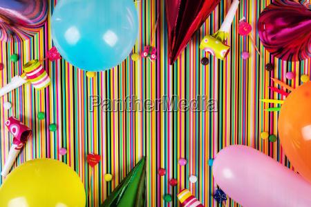 fodselsdagsfest elementer pa stribet baggrund med