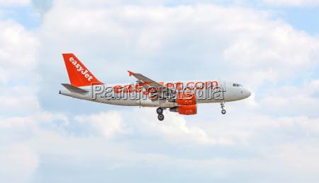 airplane of easyjet before landing