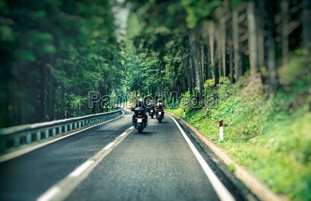 gruppe af motorcyklister pa motorvejen