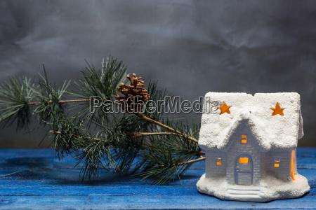 julehus med stearinlys og gran gren