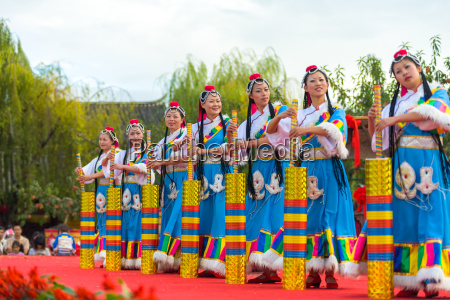 lijiang ethnic minority women dancing stage