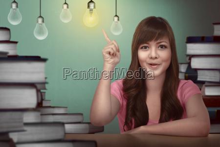 asiatisk kvindelig studerende har ide