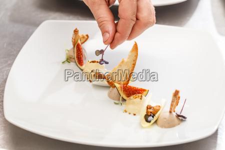 kokken afslutter sin tallerken