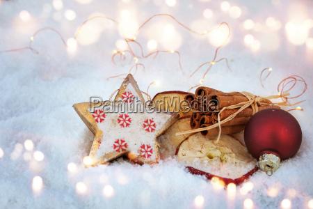 juledekoration i sne med ingredienser til