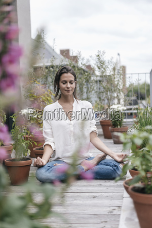 kvinde der sidder pa altan praktiserer