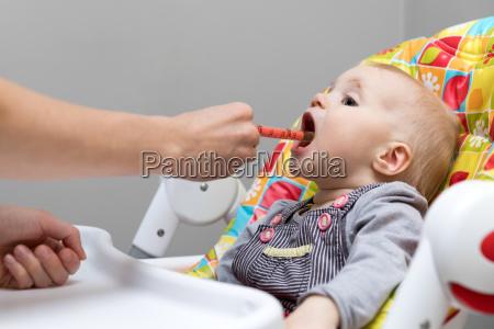 mor giver hoste sirup med sprojte