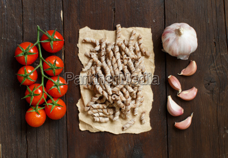 whole wheat pasta tomatoes and garlic