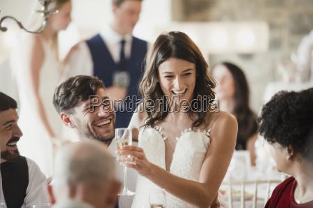 glad brud og brudgom er socialt
