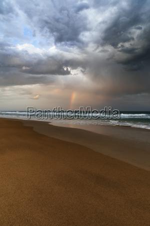 strand og havlandskab med regnbue sunrise