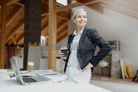 unge smuk blonde arkitekt planlaegger pa