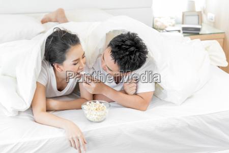 par, der, har, morgenmad, på, sengen - 23592632