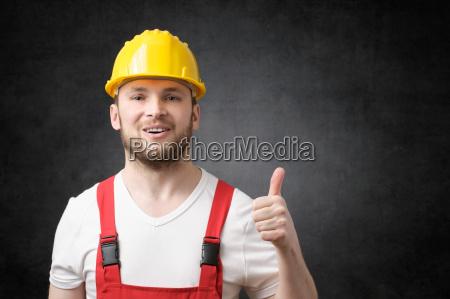 glad arbejder viser tommelfinger op sign