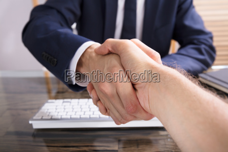 jobsamtale hand haender handtryk handslag forretning