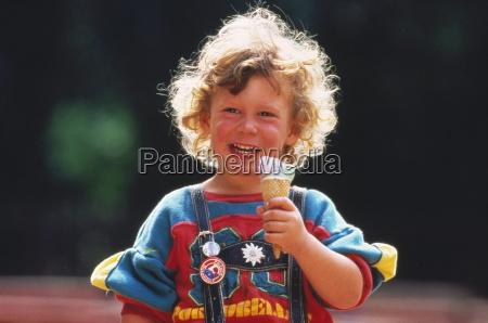 portraet blond krollet dreng med laederbukser