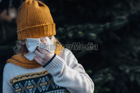 lille, dreng, har, en, forkølelse, blæser, hans - 23684238