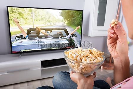 persons hand bedrift popcorn mens filmen