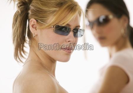 portræt, af, kvinder, iført, solbriller - 23874088