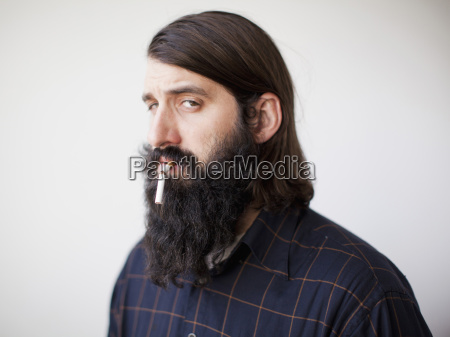 bearded ung mand med brudt cigaret