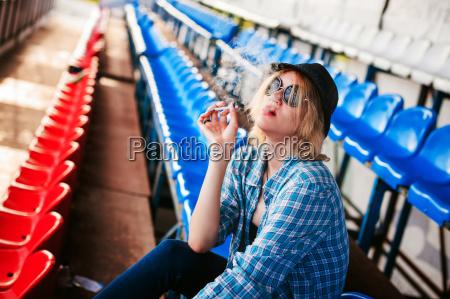 kvinde cigaret mennesker folk personer mand