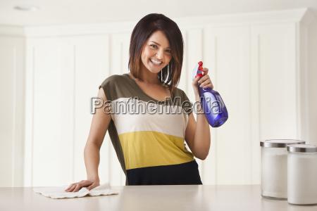 ung kvinde rengoring kokken