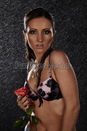 ung, kvinde, med, rose, under, regn. - 24030026