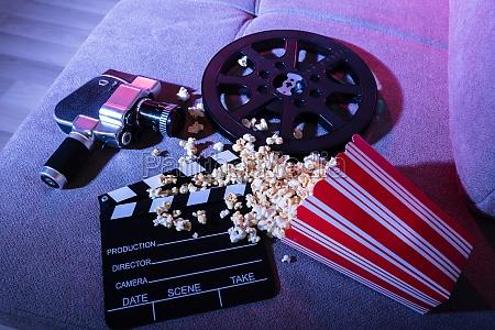spildt popcorn med clapperboard og movie