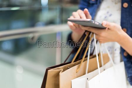 shopping kvinde ved hjaelp af mobiltelefon