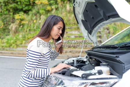 kvinde kraever hjaelp til brudt bil