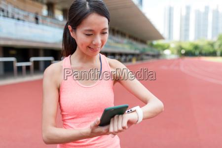 sport kvinde ved hjaelp af mobiltelefon