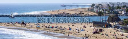 panorama af strand med besogende corona