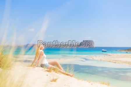 afslappet glad kvinde nyder solen pa