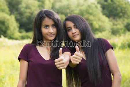 tvillinger holde tommelfingre op