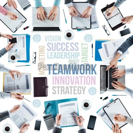 forretningskoncepter og team pa arbejdspladsen